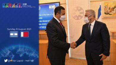 يائير لابيد مع مسئول بحريني